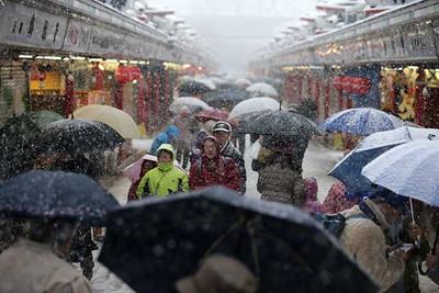 観光名所の浅草寺でも雪が降り続いた=8日午後、東京都台東区