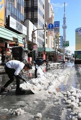 雪だるま作りを楽しむ子どもたち=愛知県豊橋市松葉町3丁目