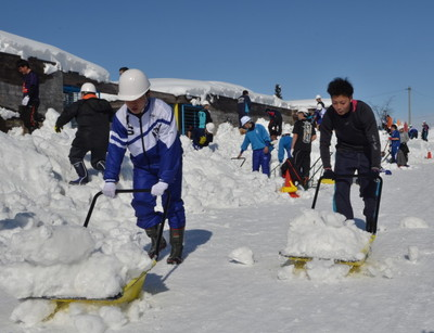 保育園で除雪ボランティアにあたる秋田工ラグビー部の選手たち=秋田県横手市増田町