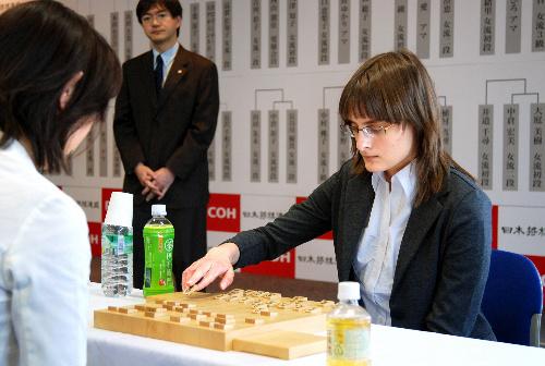 写真:女流プロを破ったカロリーナ・ステチェンスカさん(右)=東京都渋谷区