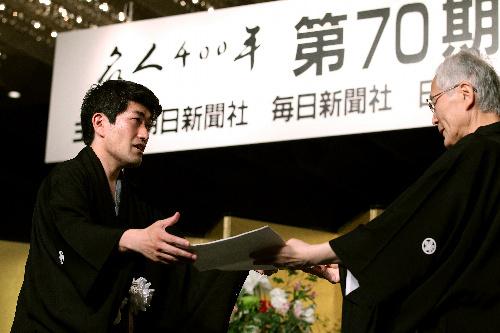 写真:第70期名人就位式で、米長邦雄・日本将棋連盟会長から推戴状(すいたいじょう)を授与される森内俊之名人=26日午後、東京都文京区の椿山荘、金子淳撮影