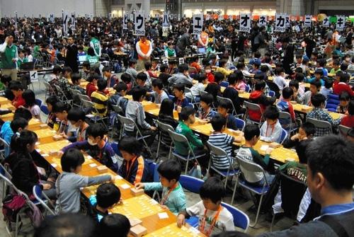 写真:3千人を超す子どもたちが同時に対局した=東京都江東区