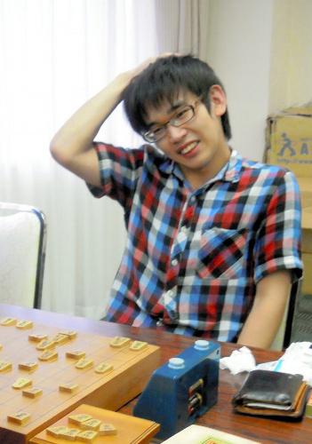 写真:将棋学生名人戦の終局後、笑顔を見せる山田雄介さん