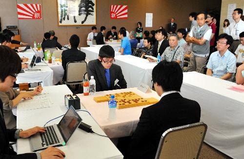 写真:公開で行われた第5回朝日杯将棋オープン戦のプロアマ戦=2日午前、東京・築地、遠藤真梨撮影