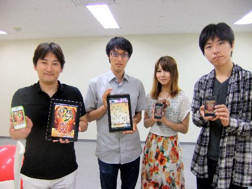 写真:HEROZの林隆弘社長(左端)ら=東京都港区