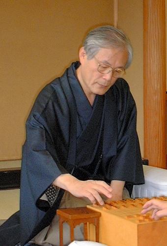 写真:和服姿で現役最後の対局に臨んだ米長邦雄元名人=2003年12月、東京・将棋会館