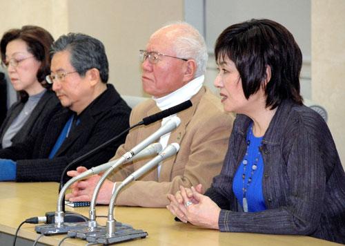 写真:3月15日にマンガ家の(右から)里中満智子さん、ちばてつやさん、永井豪さん、竹宮恵子さんらが記者会見で条例改正案への反対を表明、弊紙では翌日朝刊で大きく扱いました