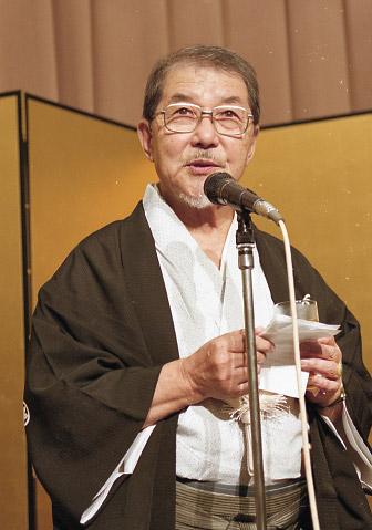 写真:2000年8月の広島アニメフェス閉幕パーティーでスピーチする川本喜八郎さん。2回連続入賞ゼロだった日本勢の奮起を促す厳しいものでした=小原写す