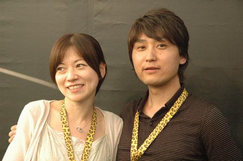 写真:ロカルノ映画祭で会見後、カメラマンたちの前でポーズをとる小池健・由紀子夫妻=2009年8月