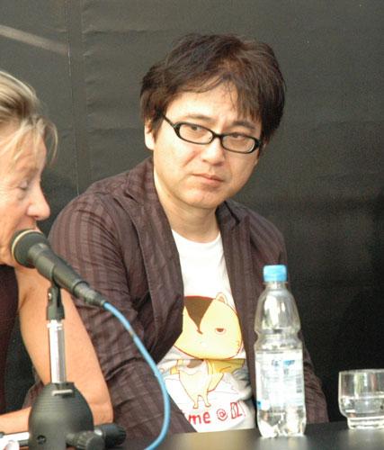 写真:貞本義行さん。こちらも昨年8月のロカルノで「サマーウォーズ」の公式記者会見に臨むところ