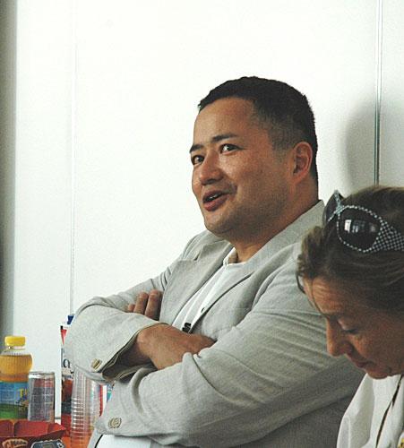 写真:山賀博之監督。昨年8月、スイス・ロカルノ映画祭で学生相手にセミナーを開いているところです