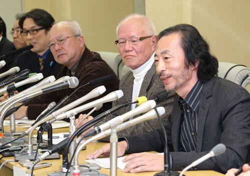 写真:新たな条例改正案に反対を表明する(右から)マンガ家の秋本治さん、ちばてつやさん、マンガ原作者のやまさき十三さんら=11月29日