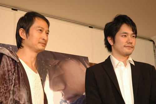 写真:名古屋で会見したトラン・アン・ユン監督(左)と松山ケンイチさん