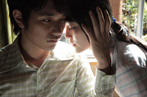 写真:ベトナム出身のトラン・アン・ユン監督による「ノルウェイの森」。左が松山ケンイチさん、右が菊地凛子さん