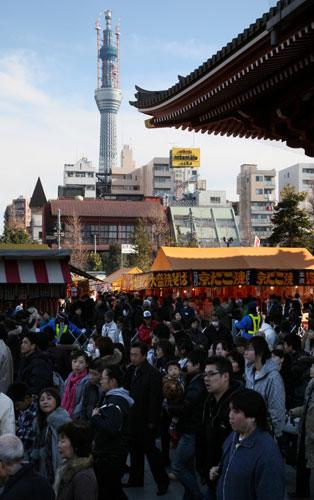 写真:大勢の初詣客でにぎわう浅草寺から見えるスカイツリー=今年1月