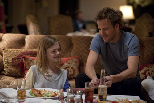 写真:ポーカーをして遊ぶ父と娘