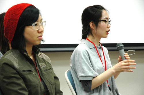 写真:来日した監督のスギョンさん(左)とホン・ウンジさん=名古屋市で