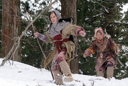 写真:カユ(左、浅丘ルリ子)はクマを追い雪山へ
