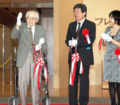 写真:開会式でテープカットをする(左から)フレデリック・バックさん、高畑勲監督、音声ガイドの声を担当した竹下景子さん