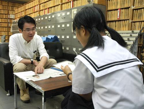 写真:職場体験学習に来た中学生(右)の取材を受ける筆者=朝日新聞名古屋本社