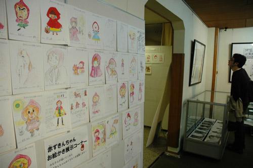 写真:「赤ずきんちゃんお絵かき展示コーナー」