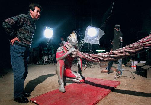 写真:東宝ビルトで特撮撮影に見入る市川森一さん=1998年撮影