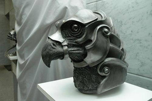 写真:鳥「百禽(ひゃっきん)」の頭部。カッコいいですねえ