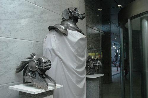写真:CBC放送センター(名古屋市)ロビーにある「犬・鳥・魚」像。愛知万博で押井監督が総合演出を担当したテーマシアター「めざめの方舟」で展示されていた物です