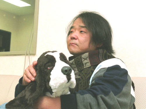 写真:「イノセンス」公開時に取材した押井守監督。抱いているのはぬいぐるみです=2004年撮影
