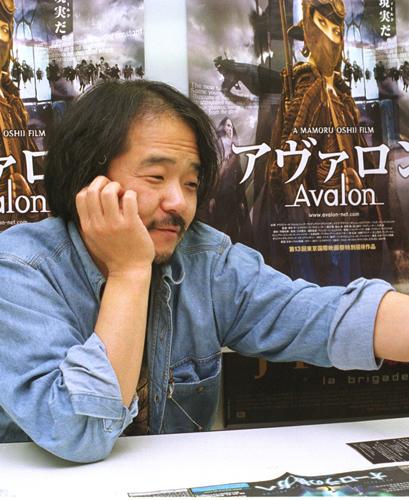 写真:「アヴァロン」公開時にインタビューした押井守監督。実はこの時、私の描いたある絵を手にして笑っているのです=2000年撮影
