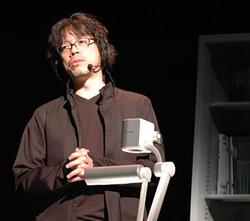 写真:仕事場を模したステージに上がる浦沢直樹さん=名古屋市で