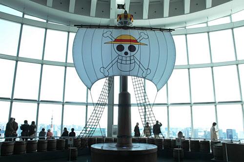 写真:「ONE PIECE展」入り口近くのサウザンド・サニー号マスト。左下には東京タワーが