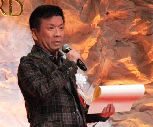 写真:東京国際アニメフェア「東京アニメアワード」授賞式であいさつする虚淵玄さん