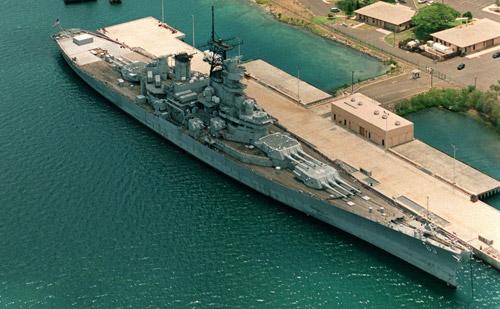 写真:幣紙の記事から戦艦ミズーリの写真を捜してきました。これは1998年撮影。記念館への改修工事を待つミズーリ