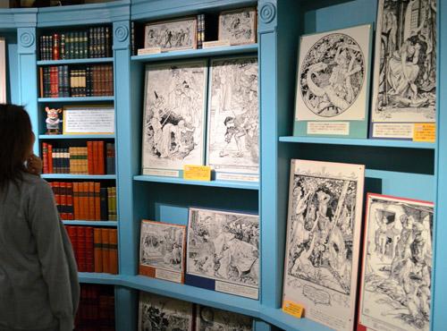 写真:たくさんの挿絵が拡大されて展示してあります。黄色のポップに宮崎駿監督のコメントが (c)Museo d'Arte Ghibli (c)Studio Ghibli