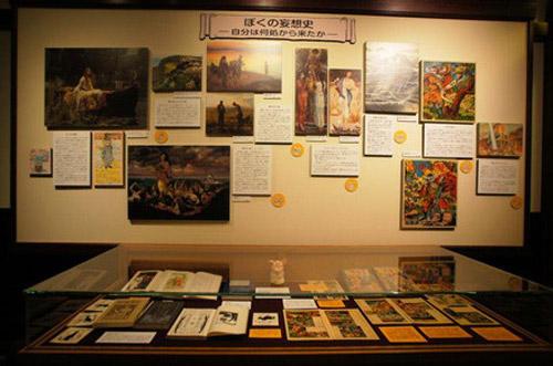写真:こちらが「ぼくの妄想史」パネル。右の方に「沙漠の魔王」の展示があります (c)Museo d'Arte Ghibli (c)Studio Ghibli