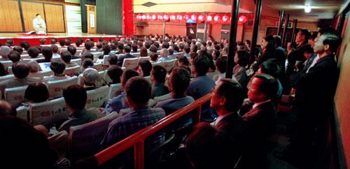 写真:99年の独演会で満員になった大須演芸場