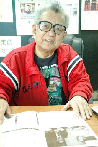 写真:志ん朝の思い出を語る大須演芸場席亭の足立秀夫さん。手前は1999年の独演会のパンフレット
