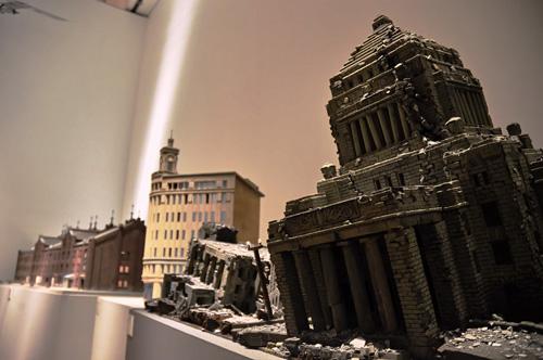 写真:いい味出してるミニチュアの建物。中央の銀座和光ビルは「日本沈没」(2006年)で使われたもの (C)2006映画「日本沈没」製作委員会