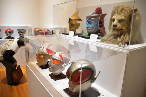 写真:「快傑ライオン丸」(1972年)などピープロ作品のマスクを集めたコーナー