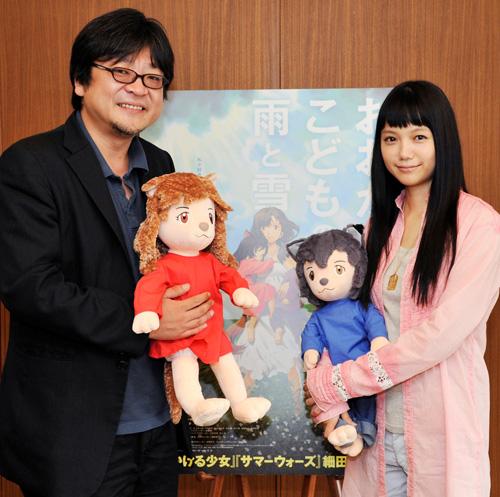 写真:細田守監督(左)と「花」の声を当てた宮崎あおいさん=名古屋で