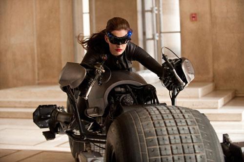 写真:バットポッドを駆る女怪盗セリーナ(アン・ハサウェイ)