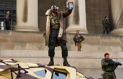 写真:ゴッサム・シティーを乗っ取り、アジるベイン(トム・ハーディー)