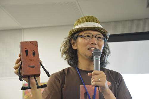 写真:セミナーで人形を手に語る伊藤有壱監督