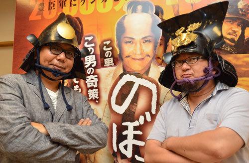 写真:インタビューを終え、再びカブトをかぶりツーショット。左が犬童一心監督、右が樋口真嗣監督