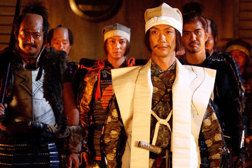 写真:長親を支える和泉(左端、山口智充)と丹波(右端、佐藤浩市)