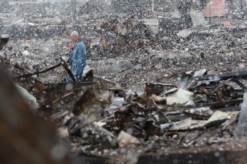 写真:朝日新聞(東京本社版)2011年4月5日朝刊1面に載った写真。4日に岩手県山田町で撮影されました。雪の中、経を唱えているのは小原宗鑑さん。同じ方の写真を通信社も配信しましたので、さとうけいいち監督が見たのはそちらかも
