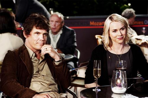 写真:サリー(ナオミ・ワッツ)と夫のロイ(ジョシュ・ブローリン)。「恋のロンドン狂騒曲」は12月1日公開