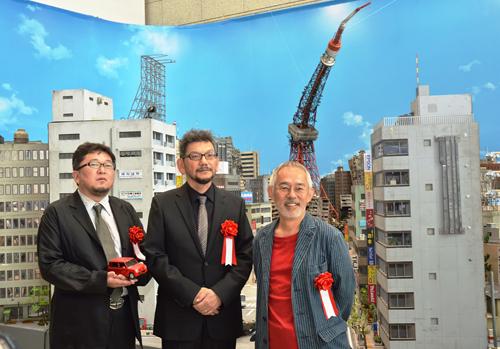 写真:その「特撮博物館」で上映された「巨神兵東京に現わる」が映画館で「Q」と同時上映中です。左が「巨神兵」監督の樋口真嗣さん、中央が庵野さん、右がスタジオジブリの鈴木敏夫プロデューサー