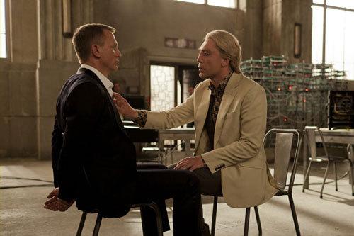 写真:「ノーカントリー」でおかっぱの殺し屋を演じたハビエル・バルデムが金髪テロリストに(ちょっとオネエとヘンタイが入ってます)